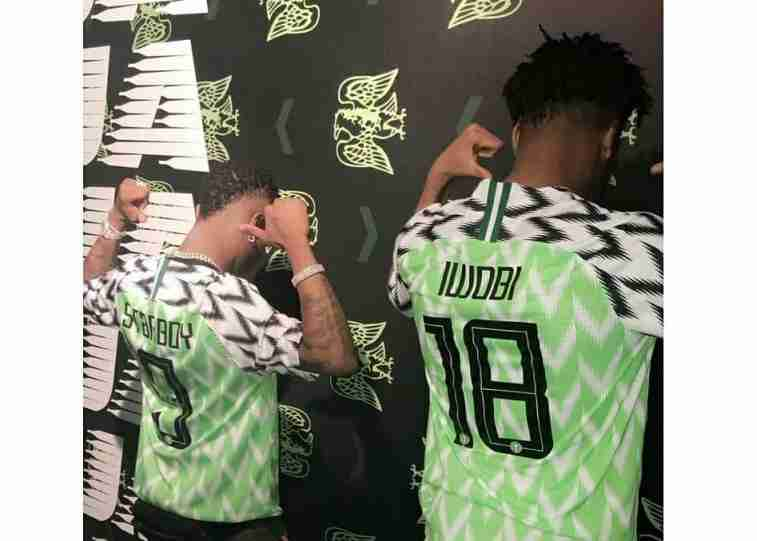 [WAPLOADED]_wizkid_poses_with_eagles_star-_alex